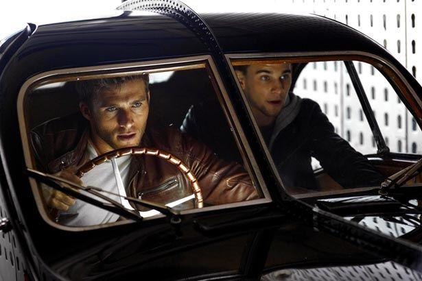 『スクランブル』は、高級クラシックカー専門の強盗団が巻き起こす犯罪劇