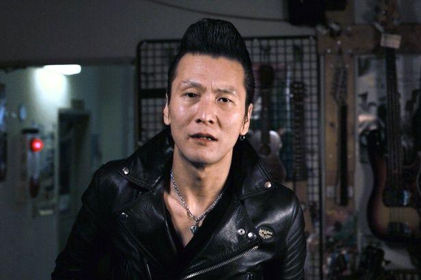 【写真を見る】成功を夢見るロックンローラーを実力派のミュージシャンであるThe NeatbeatsのMr.Panがリアルに体現