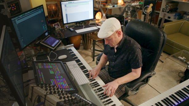 『マッドマックス 怒りのデス・ロード』(15)では、7か月をかけて様々な打楽器を試したと話すトム・ホルケンボルフ