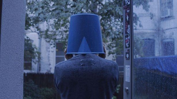 """バケツを頭に被り、雨がぶつかる音を全身で感じる坂本。あらゆる音を新たな""""表現""""として昇華しようとしていた"""
