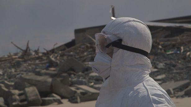 震災から3年の2014年3月11日、坂本は防護服に身を包み福島第一原発を訪れ、無人と化した集落の残骸の音に耳を傾けた