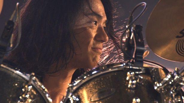 """ドラムの菊地英二は、兄・英昭と共に父との思い出や""""音楽を続ける覚悟""""について語る"""