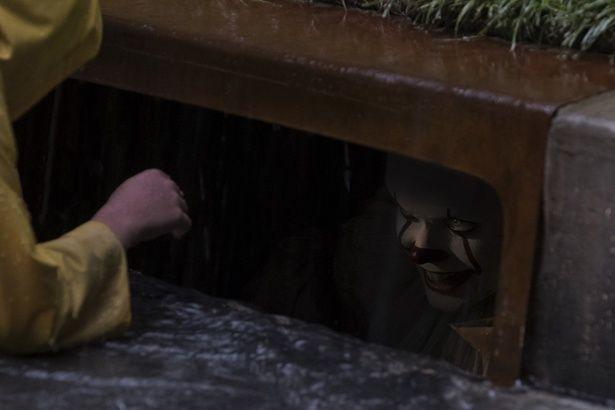 """排水溝からこちらをのぞく不気味なピエロに恐怖(『IT/イット """"それ""""が見えたら、終わり。』)"""