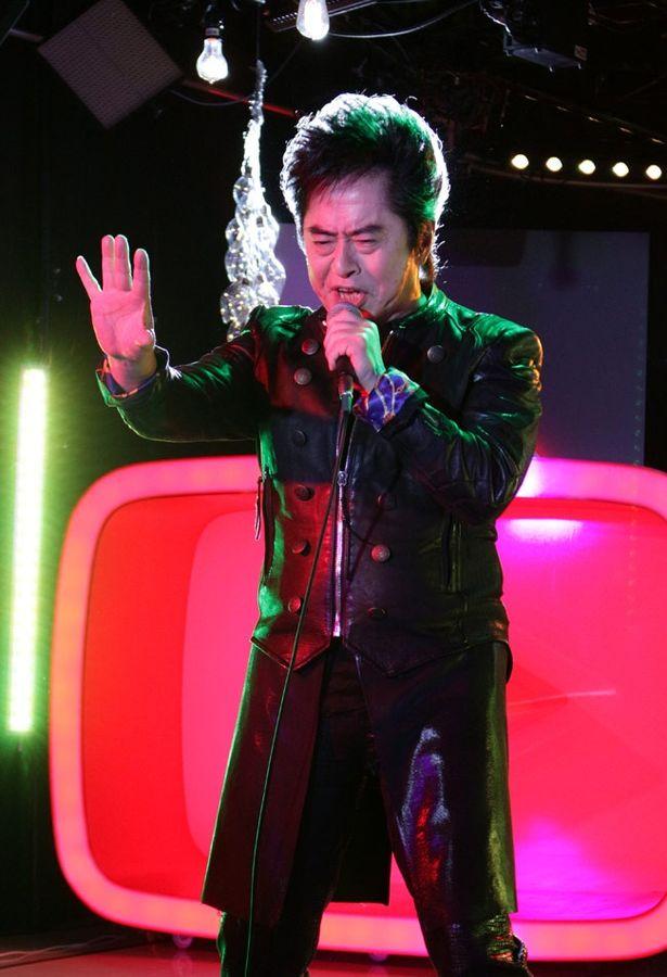 【写真を見る】2018年には歌手デビュー50周年を迎えるアニメソングの帝王、水木一郎