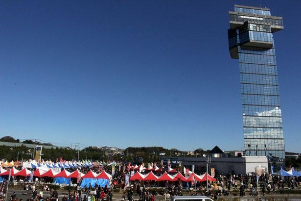 大洗シーサイドステーションから盛況のメイン会場を望む。右は大洗マリンタワー