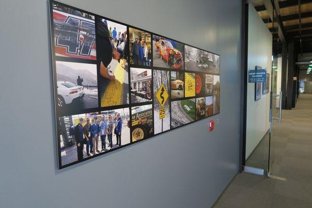 スタジオ内の『カーズ/クロスロード』の展示エリアには、アメリカのさまざまなサーキットで行われたロケハン中の写真も数多く展示されていた
