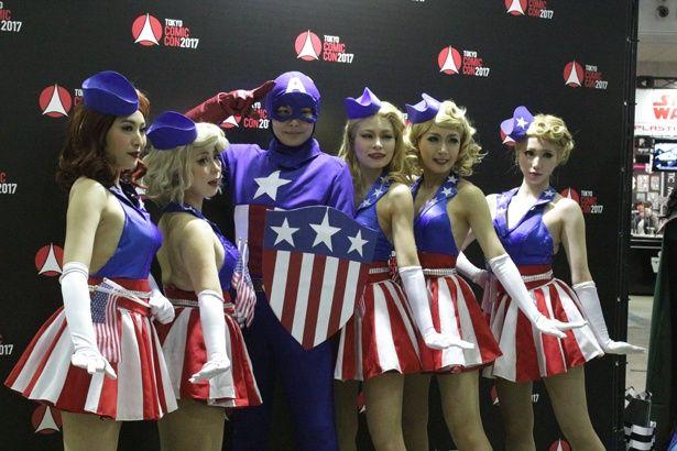 キャプテン・アメリカとセクシーな衣装に身を包んだアメリカンなレディーたち