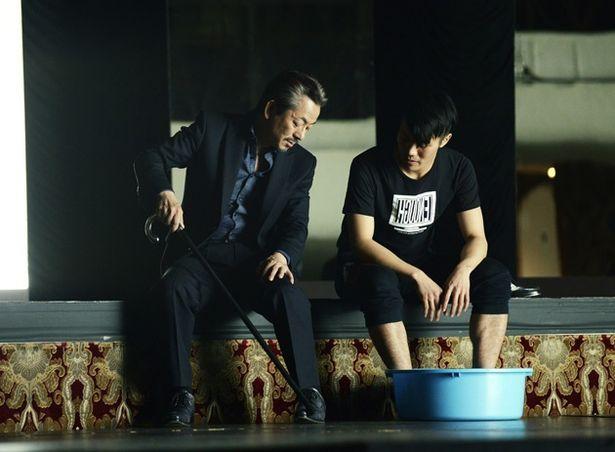 水谷監督は、若手ダンサーとの舞台製作に意欲を燃やす元ダンサーの振付師・渡も演じる