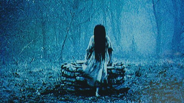 【写真を見る】貞子を思わせる不気味な女性が井戸から這い出す、シリーズ屈指の恐怖シーン