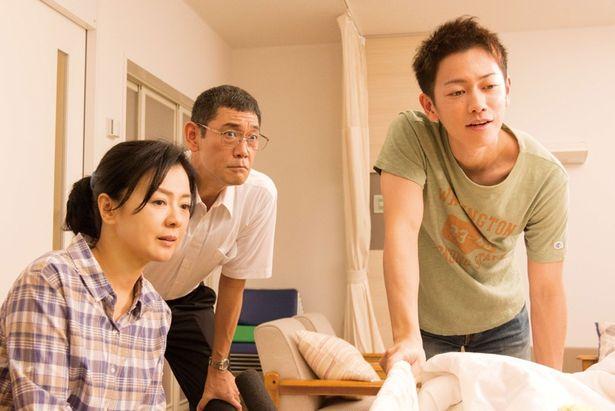恋人と両親は麻衣の回復を信じ、辛抱強く待ち続ける(『8年越しの花嫁~』)