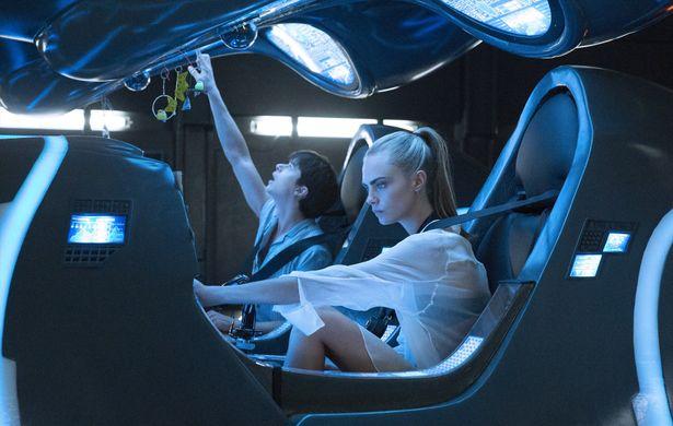 大型宇宙船イントルーダーで宇宙をパトロールするヴァレリアンとローレリーヌ