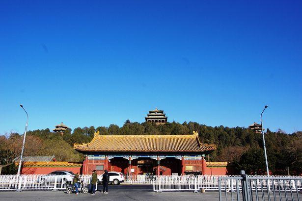 奥に見えるのが観光名所である景山公園。北京の街が一望できるスポットだ