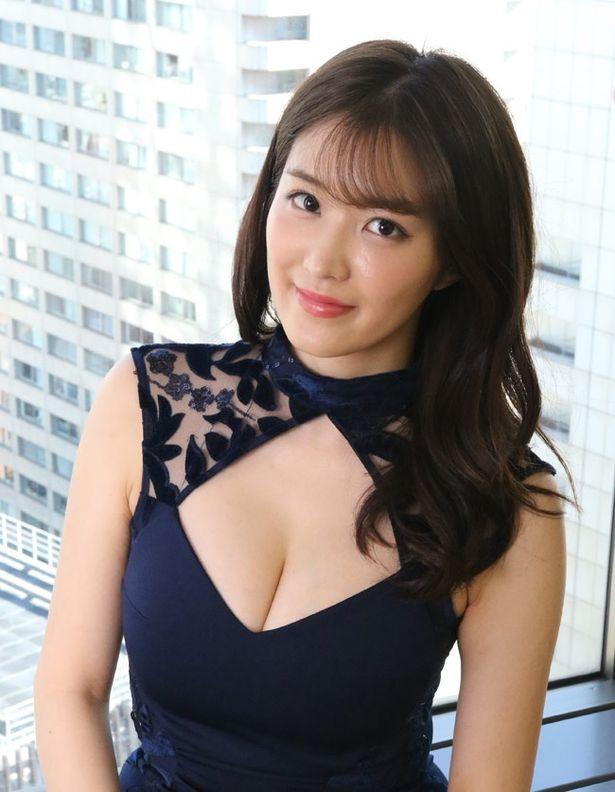 【写真を見る】胸元の開いたセクシーな服でインタビューに応じてくれた葉加瀬マイ