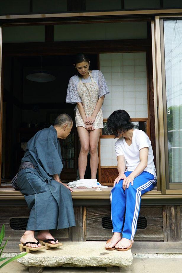 【写真を見る】富豪の老人・塚越(でんでん)は富美子の足に魅了される