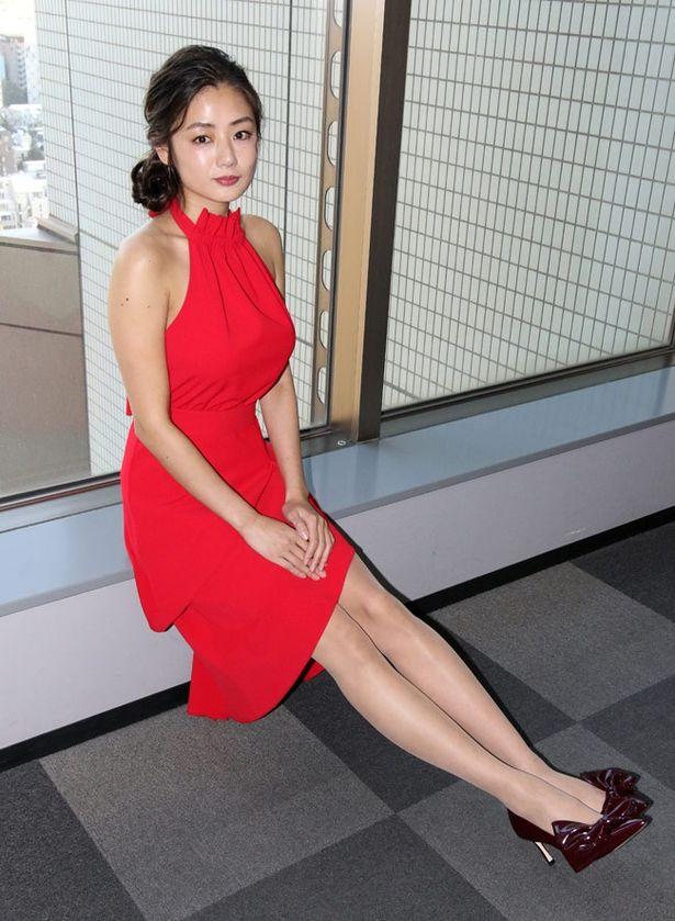 思わず見惚れてしまうような見事な美脚で富美子を演じた片山萌美