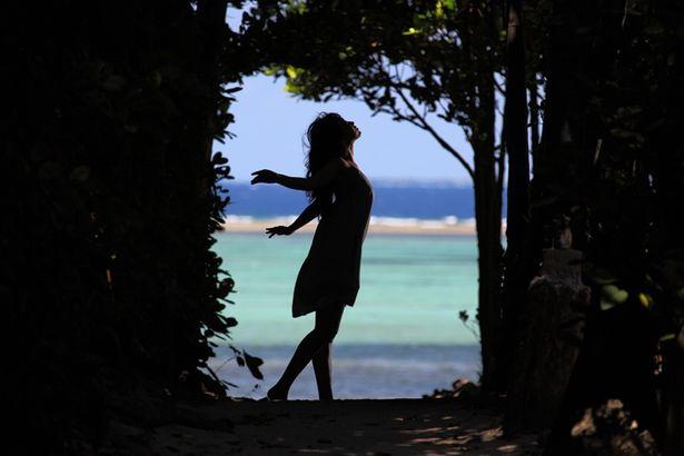 【写真を見る】光が出会う少女・真海に扮した木村も、しなやかな肢体を披露する