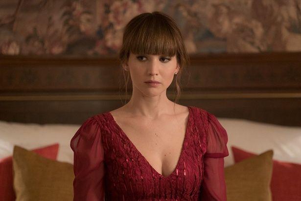 デコルテ部分が開いた真っ赤なドレス。チラッと見える胸元にドキドキ!
