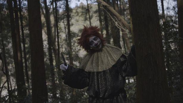 【写真を見る】いしだ壱成が山奥のキャンプ場に現れた白塗りの殺人鬼を怪演する