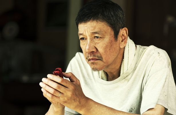 照屋年之監督が故郷、沖縄に残る風習を通し家族の絆を描く