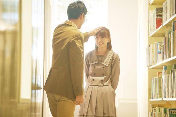 【写真を見る】名村先生と図書室で禁断の恋を育む茗子