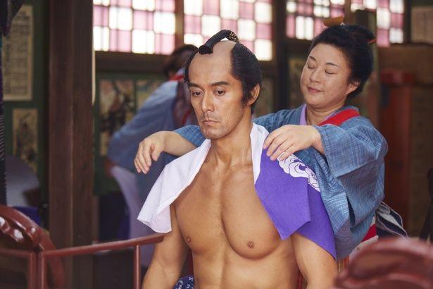 50歳オーバーとは思えない…阿部寛が美しい大胸筋を披露!