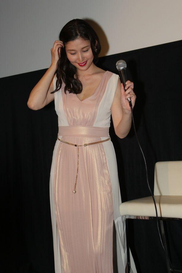優美なドレスが多数登場する映画にちなみ、橋本も上品な装いで登場