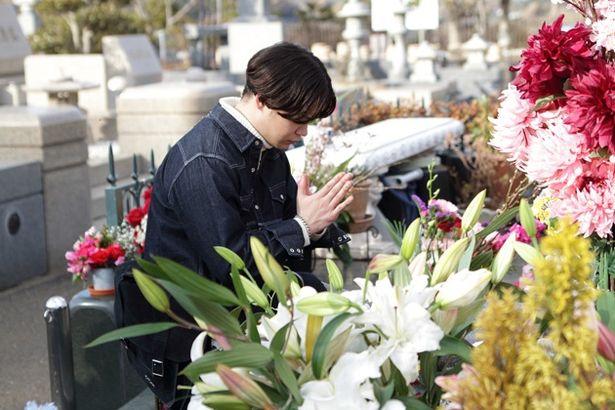 ナビゲータの俳優・矢本悠馬はhideの墓参りに訪れ、いまも彼がファンに愛され続けていることを実感する