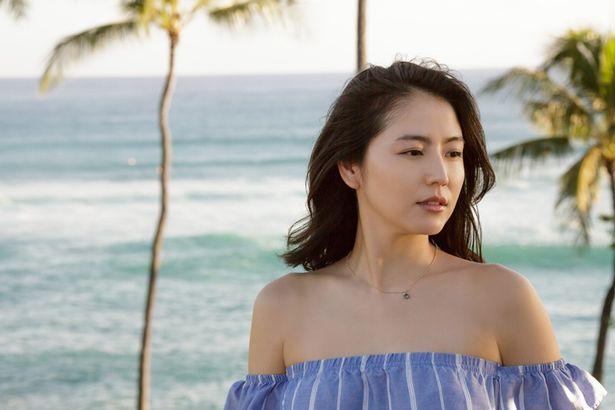 美しい青の衣装が、海のハワイブルーに映える