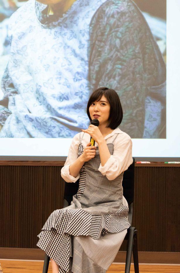 学生からの質問に丁寧に答える松岡茉優