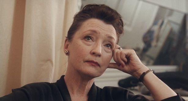 レイノルズの厳格な姉・シリルを演じるレスリー・マンヴィル