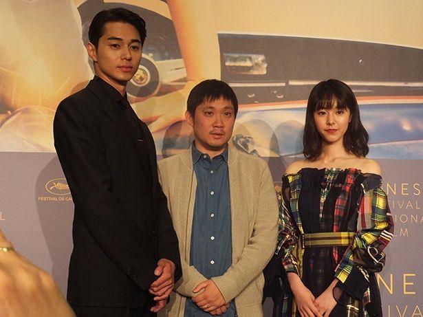 『寝ても覚めても』で商業映画デビュー作にしてカンヌ出品を果たした濱口竜介監督(写真中央)