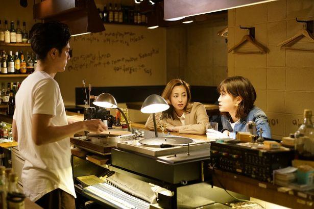 多実子は「BARロマ」の常連客。BARの手伝いをするシノザキ役の間宮祥太朗