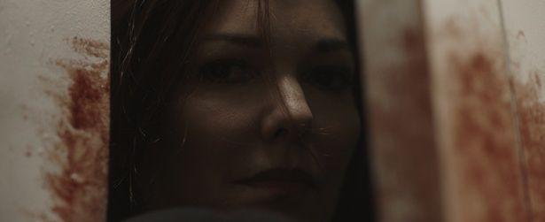 謎の女に迫られる恐怖を描いたシチュエーションスリラー『インサイド』は7月13日(金)公開