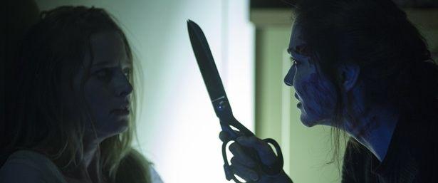【写真を見る】恐怖度マックス!振り向くと謎の刃物女が…!