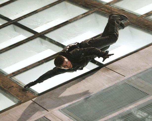 3作目では、上海の高層ビルの天井を滑り落ちる…!(『M:i:III』)
