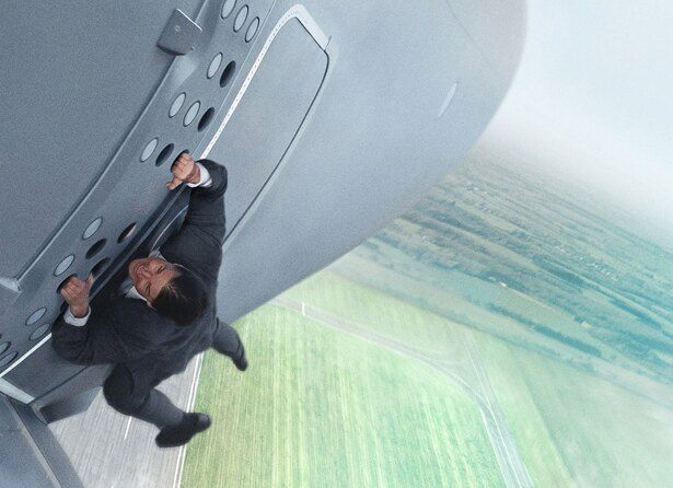 トムが飛行中の輸送機にしがみつく!(『ミッション:インポッシブル/ローグ・ネイション』)