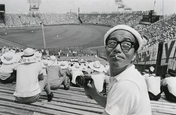 【写真を見る】『第50回全国高校野球選手権大会 青春』撮影風景より、市川崑