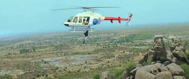 【写真を見る】トム・クルーズもビックリのヘリコプターアクションを披露!
