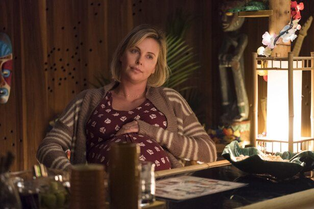 シャーリーズ・セロンがふくよかな体形で悩める三児の母を演じた『タリーと私の秘密の時間』