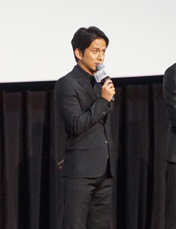 映画の完成を来場者に報告する岡田准一。今作では殺陣にも挑戦!