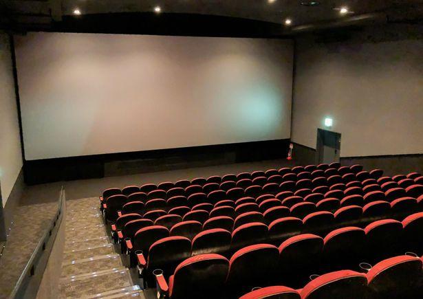 【写真を見る】パッと見は普通の映画館…!?上映が始まると、左右の壁がスクリーンに!