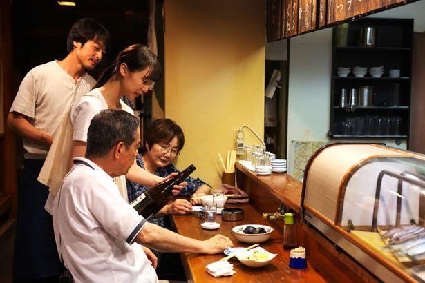 料理人のアサダ(和田聰宏)に教わってお酌の基礎から学ぶ千代里
