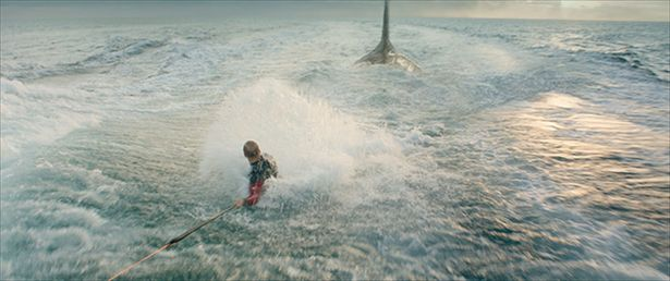 【写真を見る】ジェイソン・ステイサムが巨大ザメとの肉弾戦に挑む!?