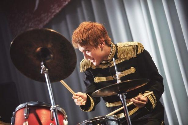【写真を見る】撮影の数か月前から練習を重ねた中川大志は見事なドラムさばきを披露した