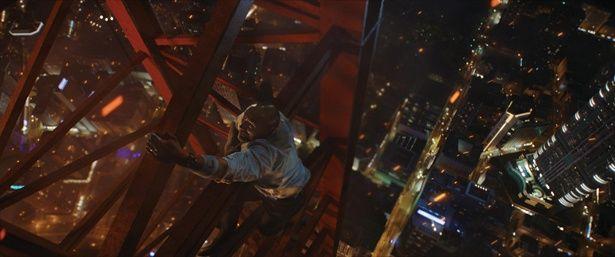 ビルの隣に建っている鉄塔を素手で登っていくロック様!そんなバカな!