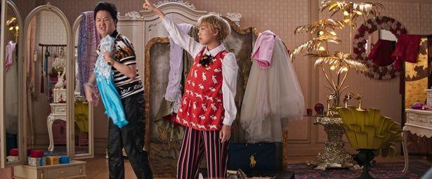 【写真を見る】オークワフィナは『ハング・オーバー!』シリーズのケン・チョンとの父娘役に興奮!爆笑の掛け合いを披露している