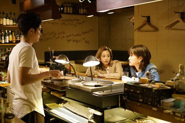 BARロマでアルバイトする美青年・シノザキを演じた間宮祥太朗(『食べる女』)