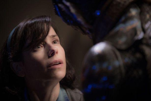 孤独な女性と異形の怪物との種族を超えた愛が描かれる(『シェイプ・オブ・ウォーター』)