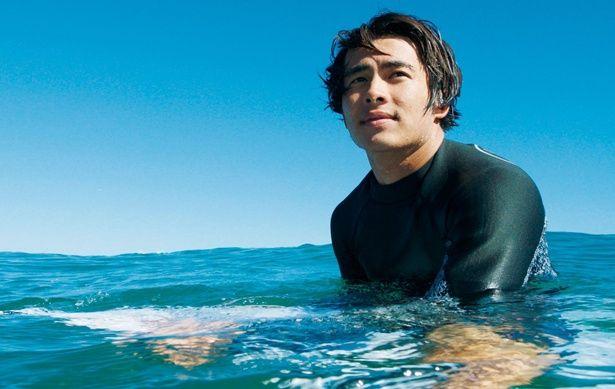 【写真を見る】サーファー役で俳優デビューした佐藤魁。もちろん劇中ではサーフィンを披露している!