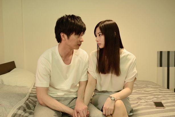 【写真を見る】ベットの上で手を握って見つめ合う…田中圭&北川景子のラブラブ場面カット